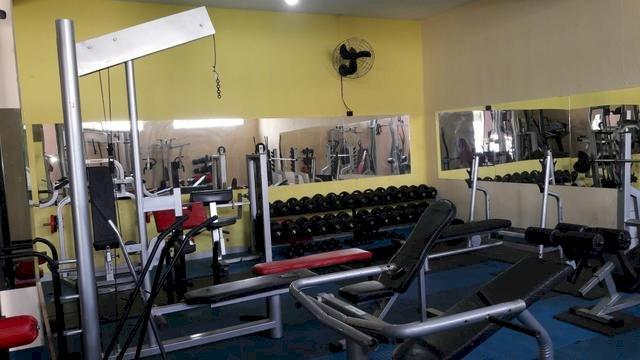 Academia de musculação em pleno funcionamento